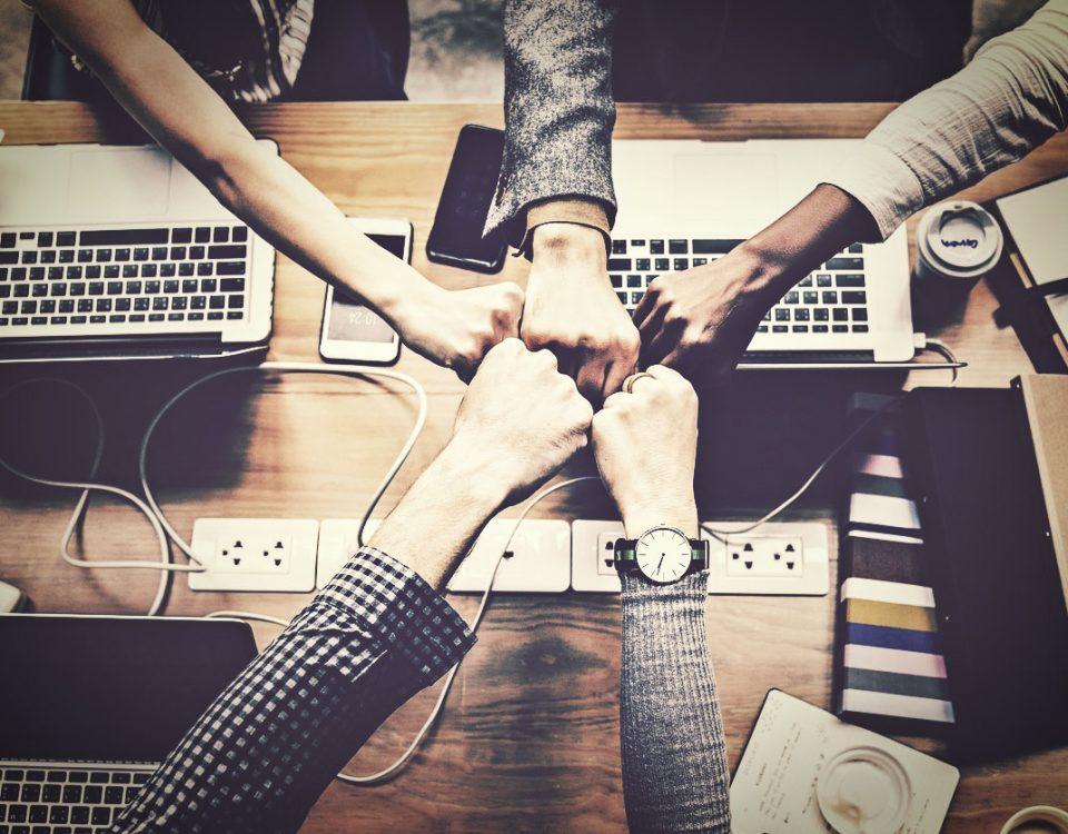 W odpowiedzi na rosnącą liczbę projektów, nazywanych startupami, Ministerstwo Przedsiębiorczości i Technologii stworzyło projekt nowej spółki. Prosta Spółka Akcyjna (PSA) ma połączyć zalety spółki z ograniczoną odpowiedzialnością i akcyjnej. Cechy Prostej Spółki Akcyjnej Środowisko startupów wskazało na problem związany z formą prawną tychże przedsiębiorstw. Najczęściej wybierana spółka z o.o. nie spełnia większości wymagań pomysłodawców nowych biznesów. Natomiast spółka akcyjna stawia wiele problemów organizacyjnych i wymaga znacznie większego kapitału. W Prostej Spółce Akcyjnej znacznie zostanie obniżona wartość kapitału zakładowego. Dużo łatwiejsza będzie również procedura rejestracji, którą będzie można wykonać przez internet i już po 24 godzinach ma być gotowa. Właściciele dostaną też zaskakująco dużą dowolność przy doborze organów spółki. W przypadku niepowodzenia biznesu, będzie możliwy łatwy sposób na zmianę organizacji prawnej lub rozwiązanie przedsiębiorstwa.